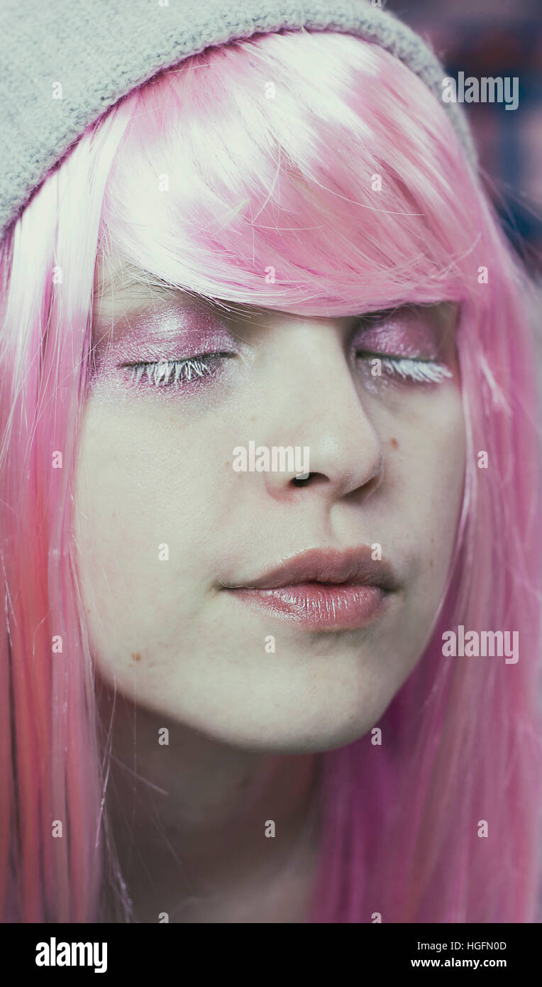 Porträt einer jungen Frau mit rosa Haaren und Augen geschlossen wie sie träumt Stockbild
