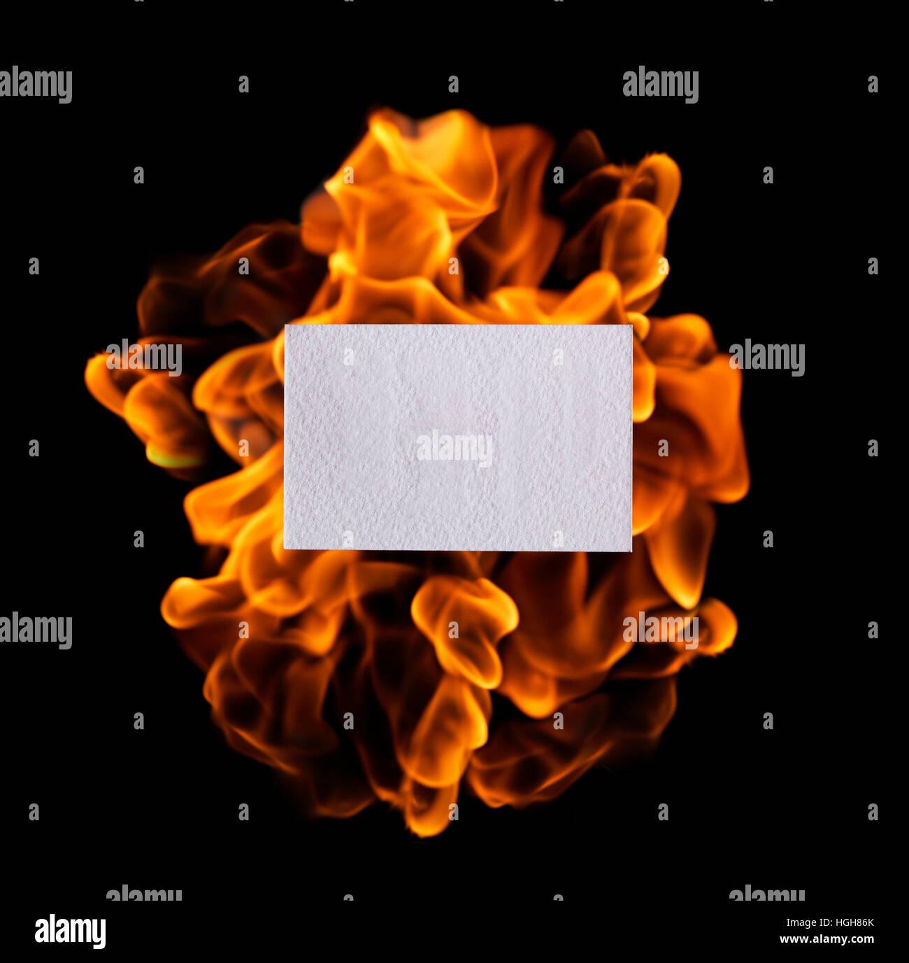 Leuchtende Flamme des Feuers Stockbild