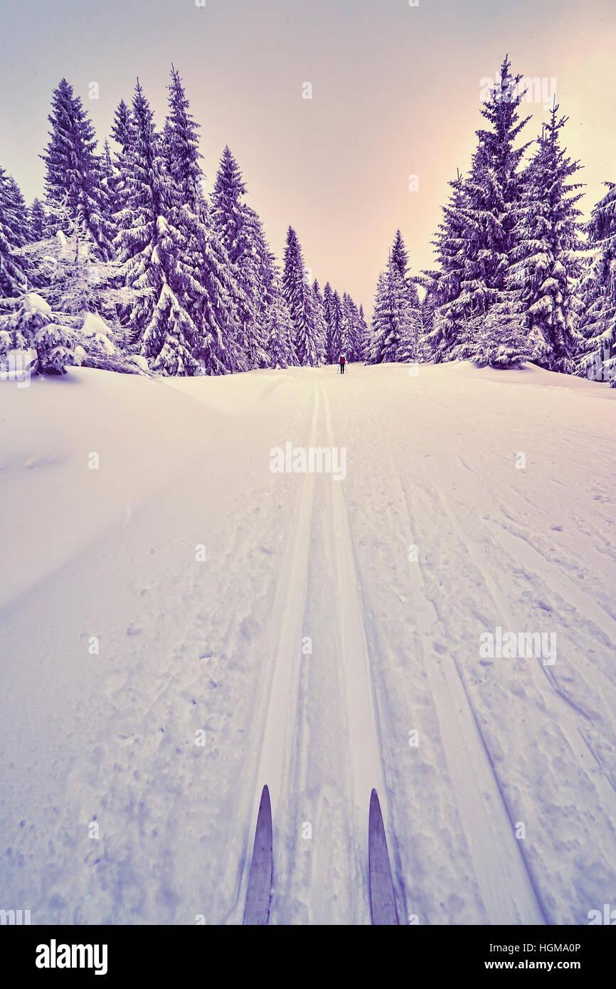 Retro-stilisierte Foto von Langlaufskiern auf Schienen. Stockbild