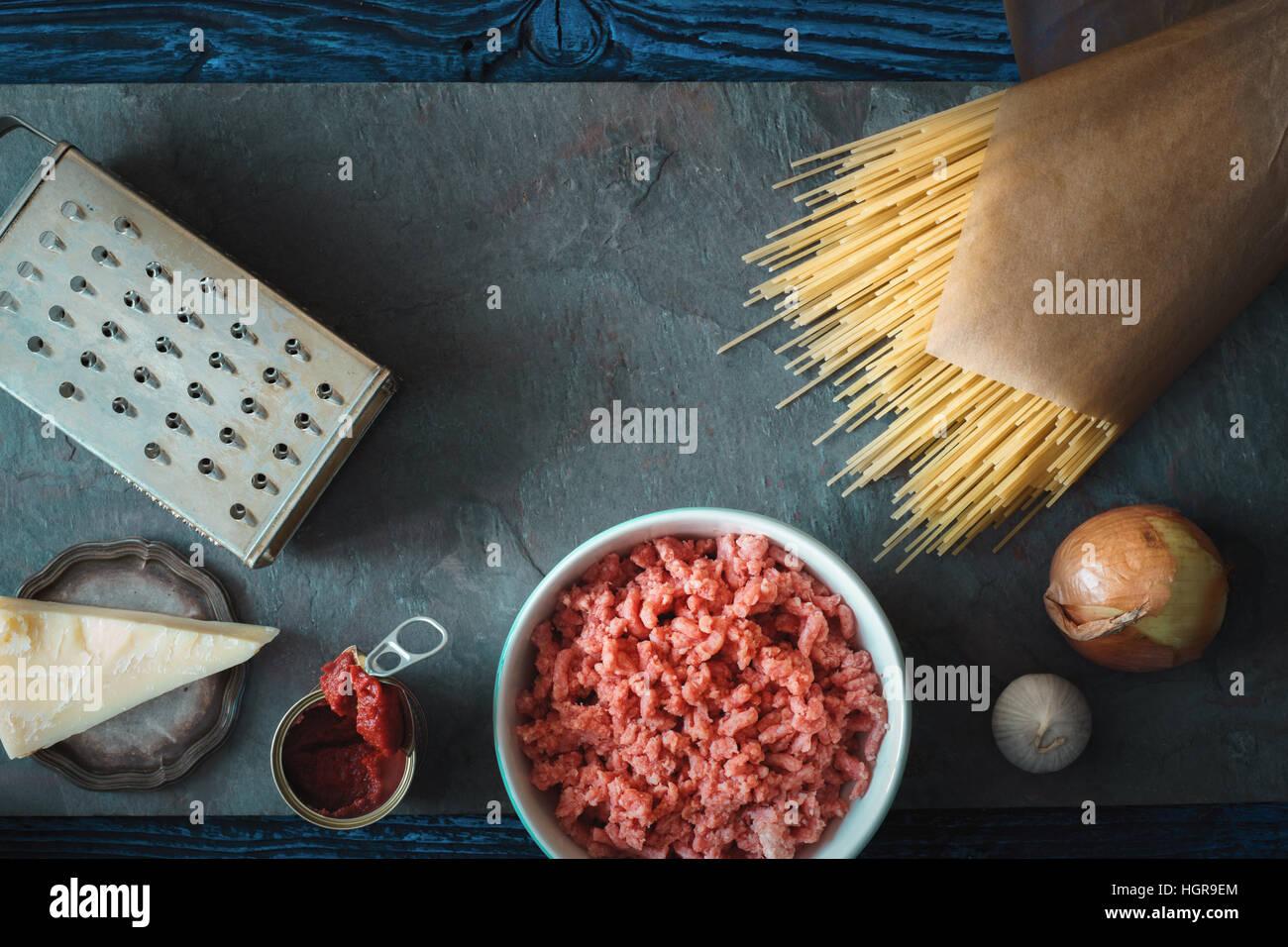 Zutaten für Spaghetti mit Fleischbällchen auf dem Stein Hintergrund horizontale Stockbild