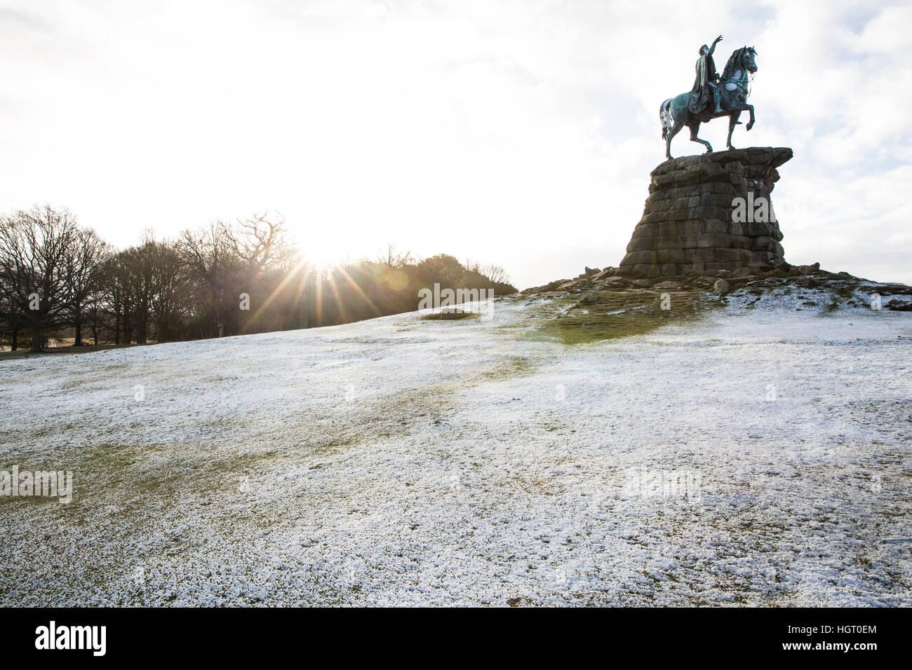 Windsor, UK. 13. Januar 2017. Eine Prise von Schnee auf Snow Hill in Berkshire wie die Sonne scheint hinter. Es Stockfoto