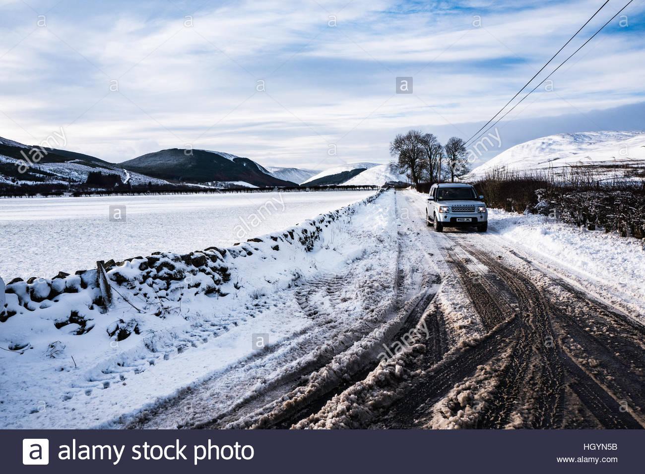 Dryhope, Schafgarbe, Selkirk, Scottish Borders, UK. 13. Januar 2017. Ein 4WD treibt die A708 Strasse im Tal Schafgarbe Stockfoto