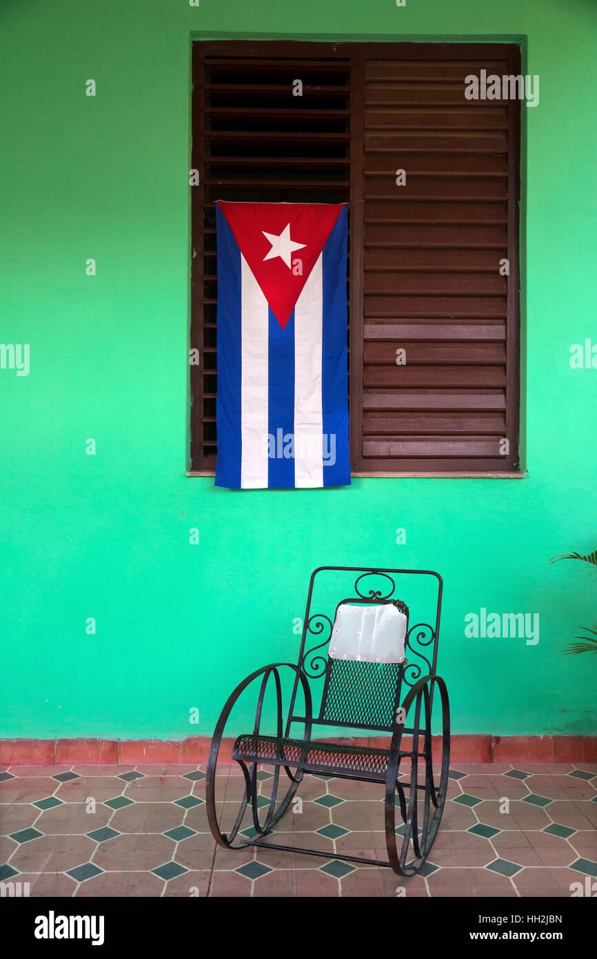 Kubanische Flagge mit Schaukelstuhl in einem Haus in Vinales, Kuba Stockbild