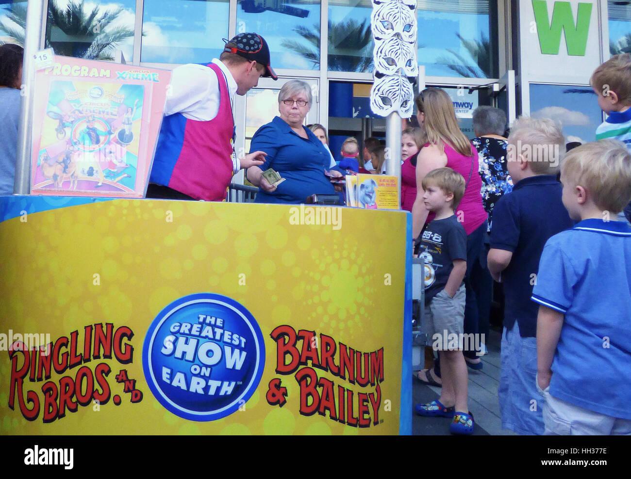 Orlando, USA. 16. Januar 2017. Menschen warten in der Schlange zu Amway Center in Orlando, Florida, Orlando-Endprüfung Stockbild