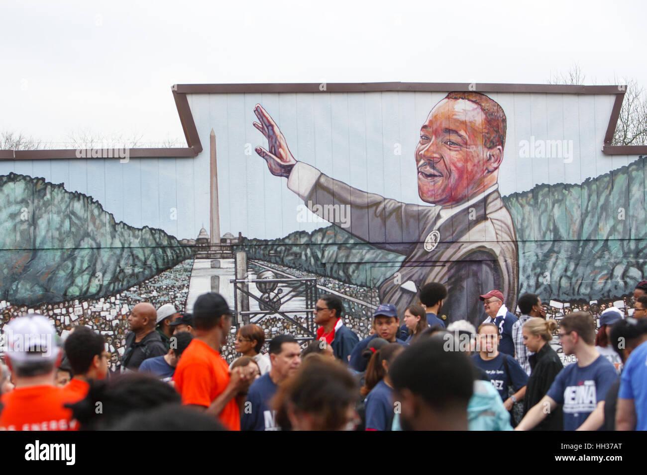 San Antonio, USA. 16. Januar 2017. Demonstranten stehen vor ein Wandbild von Martin Luther King, Jr., bevor die Stockfoto