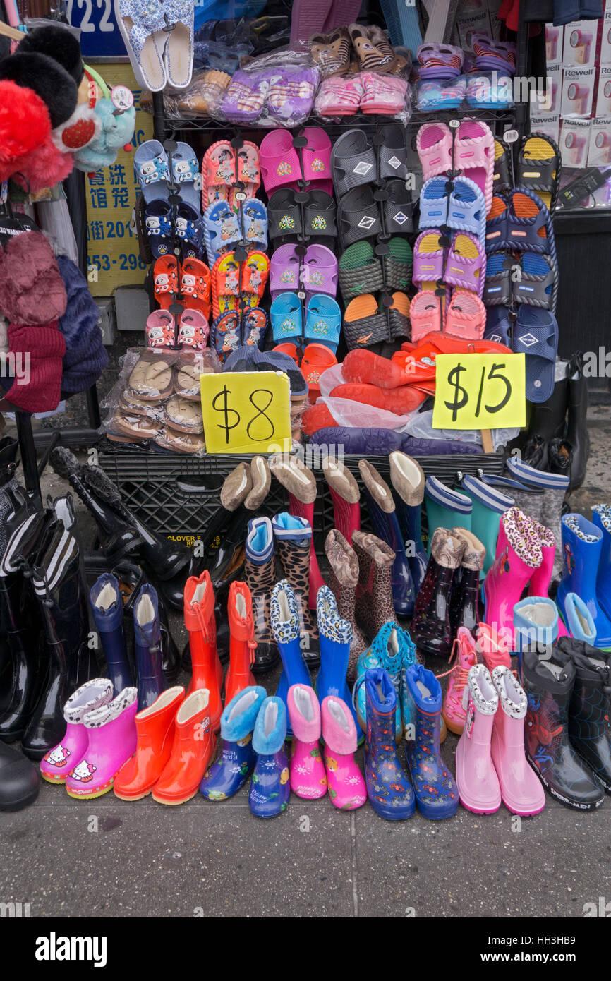Preiswerte Schuhe Hausschuhe & Stiefel zum Verkauf an ein Schnäppchen-Shop auf der Main Street in Chinatown, Stockbild