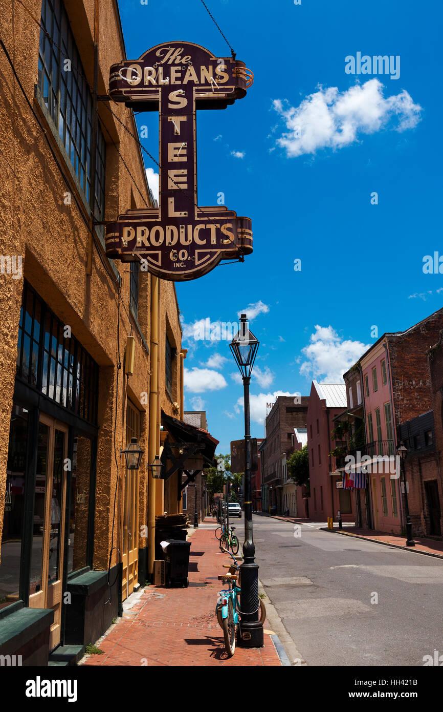 New Orleans, Louisiana, USA - 17. Juni 2014: Blick auf eine Straße im French Quarter in New Orleans, Louisiana. Stockbild