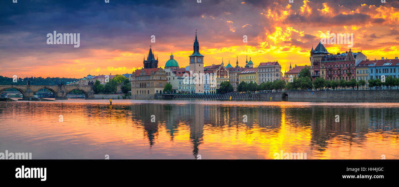 Prag. Panorama-Bild von Prag Riverside und Karlsbrücke, mit Betrachtung der Stadt in Moldau. Stockbild