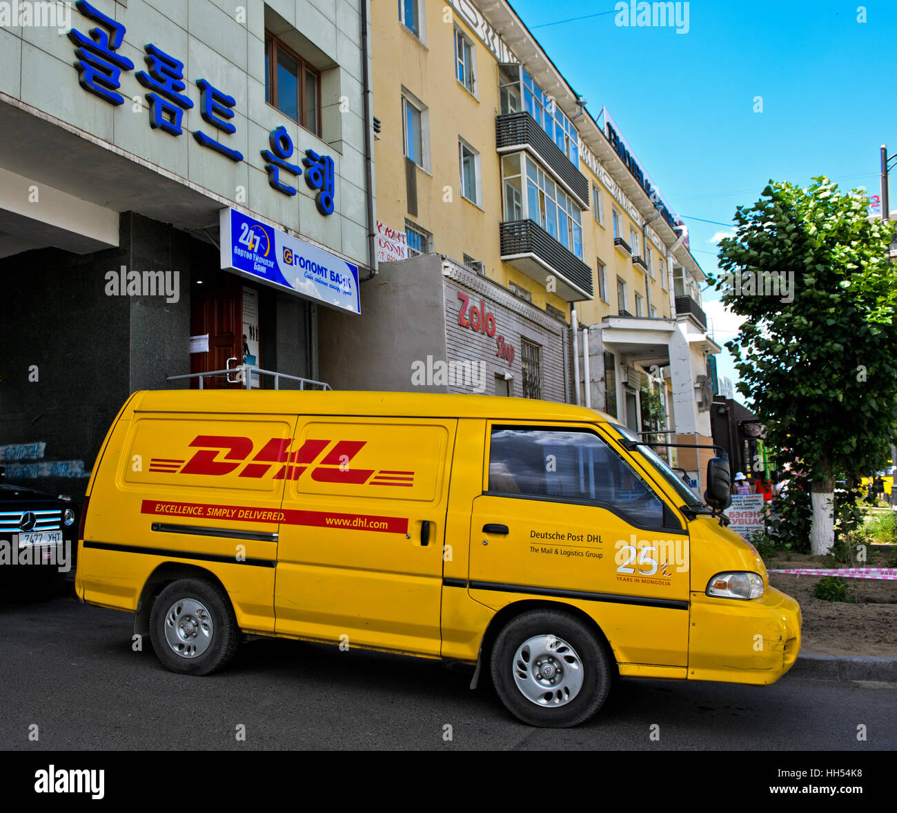 """Gelber van von Deutsche Post DHL Paketdienst mit dem Logo """"25 Jahre in der Mongolei"""", Ulaanbaatar, Mongolei Stockbild"""