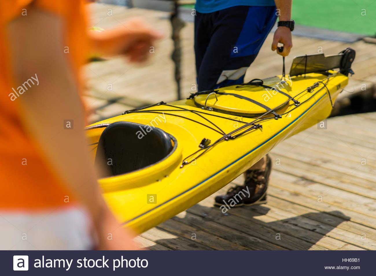 Bunte Kanus und Kajaks am See an einem sonnigen Tag. Zum Sommer Bootfahren und Freizeitsport Aktivitäten auf dem Stockfoto