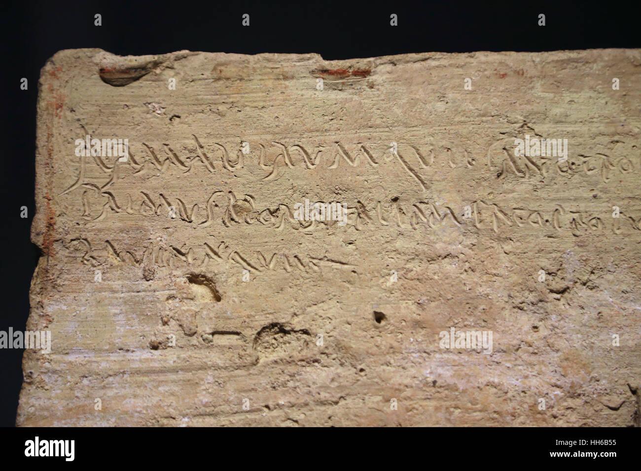 Epigraphischen Plaque. Lateinische Sprache. Clay. 1. Jahrhundert. Cursiva Inschrift enthält die Anfangszeilen Stockbild