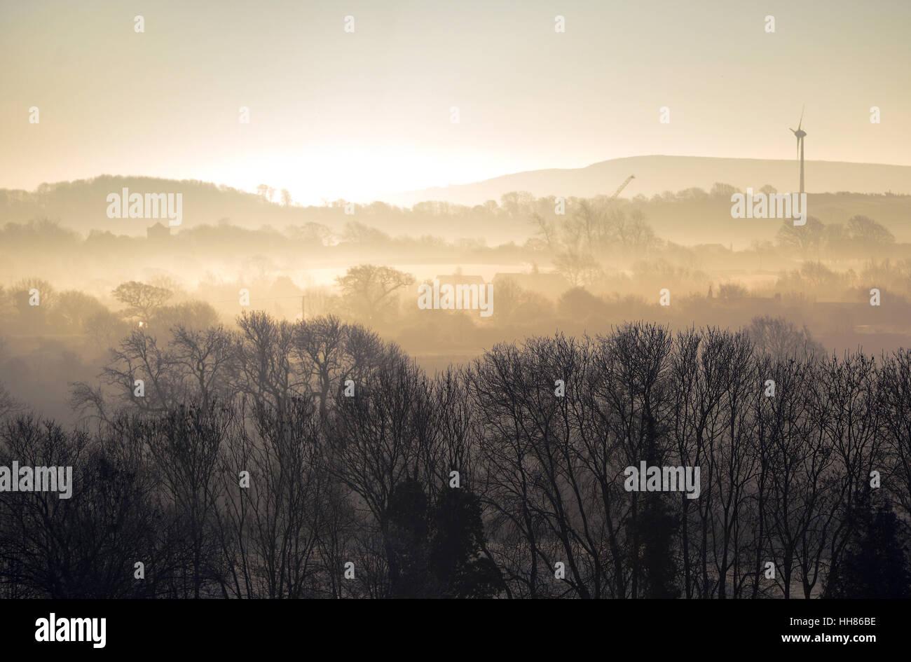Kalten nebligen Morgen am Ringmer, East Sussex, mit Glyndebourne Windkraftanlage Stockbild