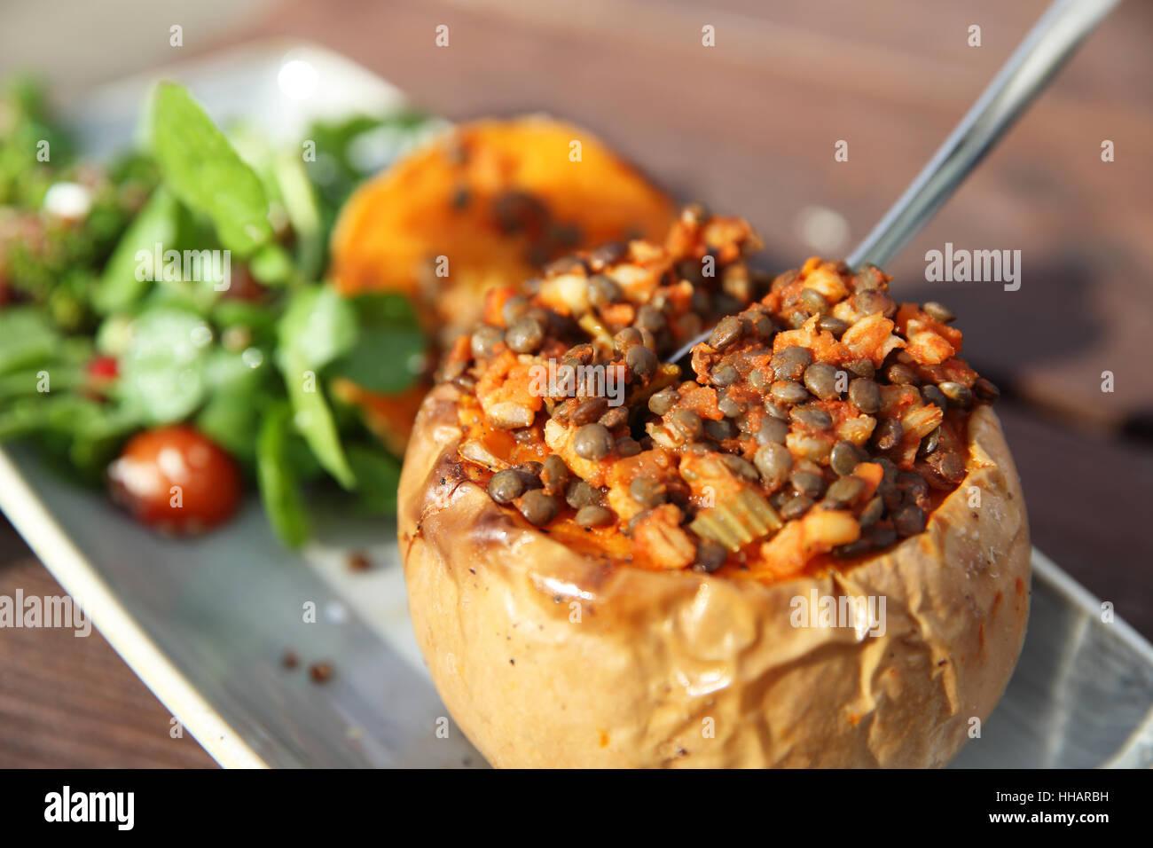 Wärmend und gesunden Herbst oder Herbst Mittag essen, Kürbis, Linsen und Salat, in England, UK Stockbild