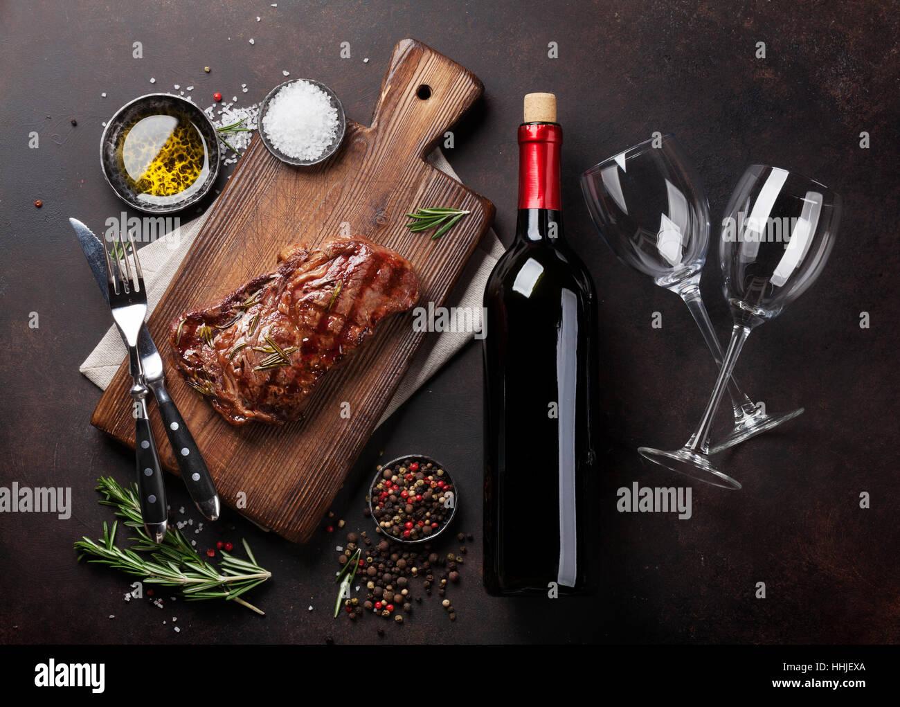 Gegrilltes Entrecote Rindfleisch mit Rotwein, Kräuter und Gewürze. Ansicht von oben Stockbild