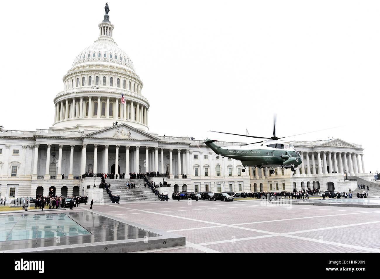 Washington, USA. 20. Januar 2017. Der Hubschrauber mit ehemaliger Präsident Barack Obama lässt U.S. Capitol Stockbild