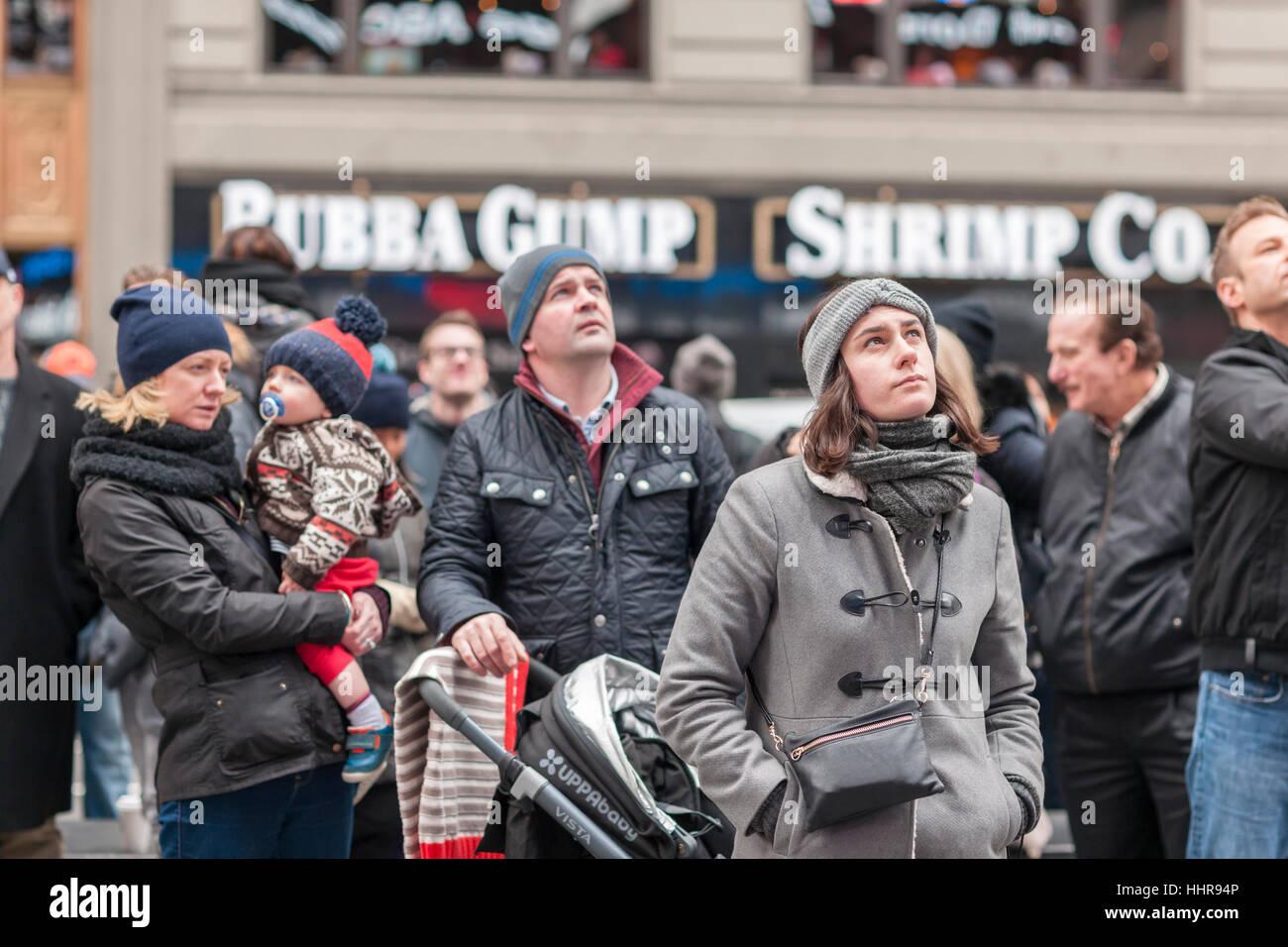 New York, USA. 20. Januar 2017. Besucher zum Times Square in New York anzeigen die Einweihung von Donald Trump als Stockbild
