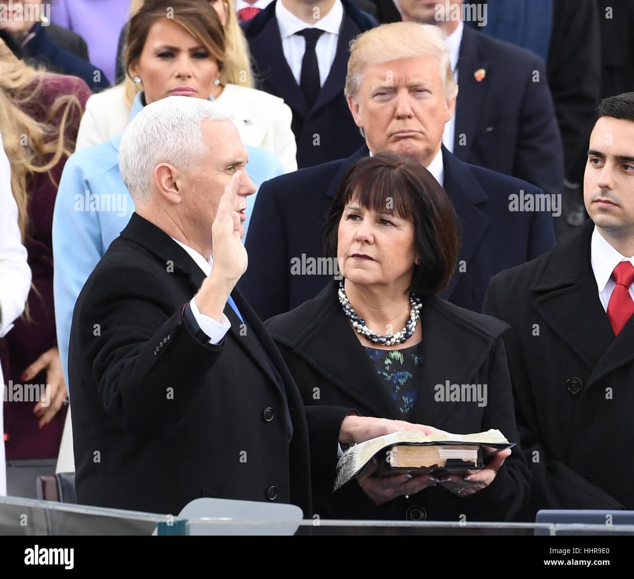 Washington DC, USA. 20. Januar 2017. Vice President Mike Pence nimmt der Eid des Amtes von Richter Clarance Thomas Stockbild
