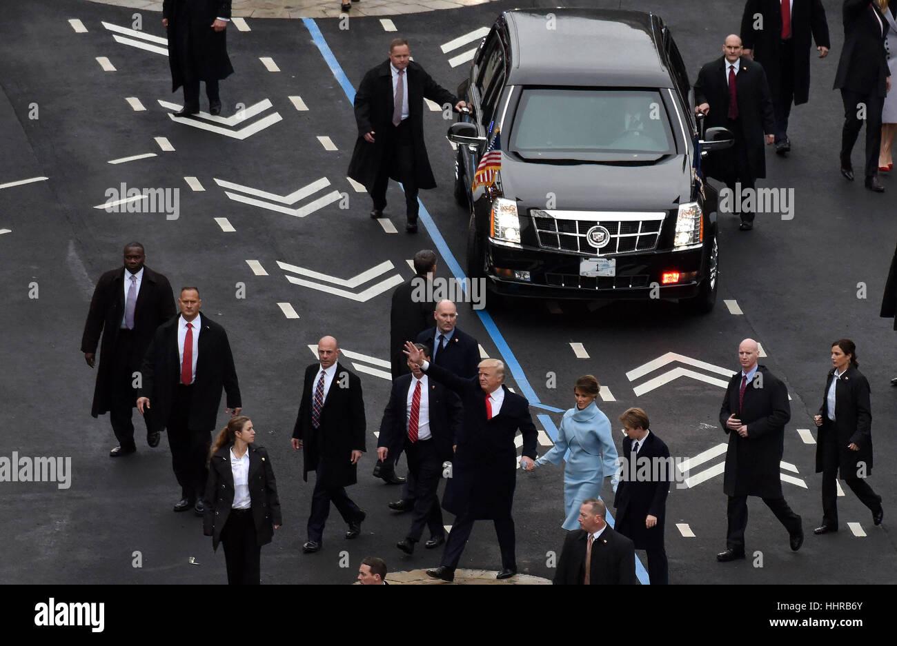 Washington, USA. 20. Januar 2017. US-Präsident Donald Trump und seine Frau Melania Trump Welle Publikum während Stockbild
