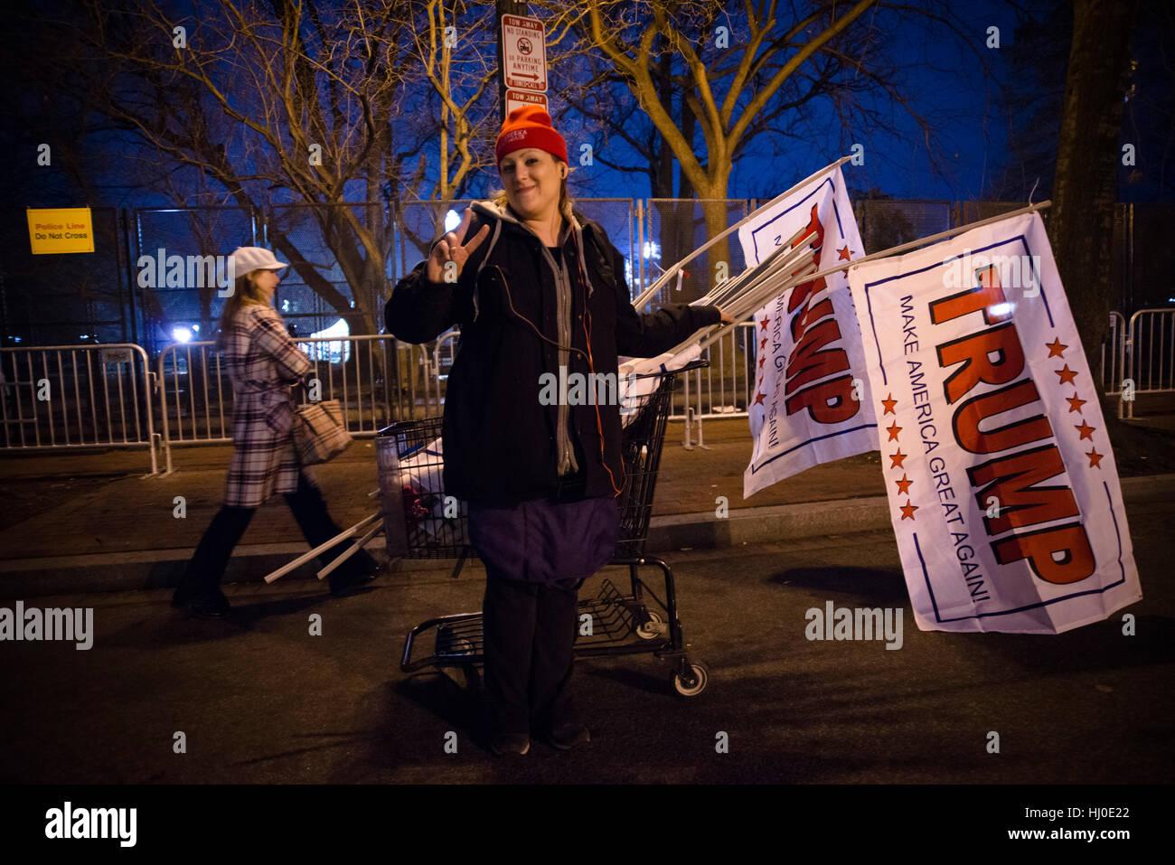 Washington DC, USA. 20. Januar 2017. Straßenhändler mit Trump Zeichen. Trumpf wird 45. Präsident Stockbild