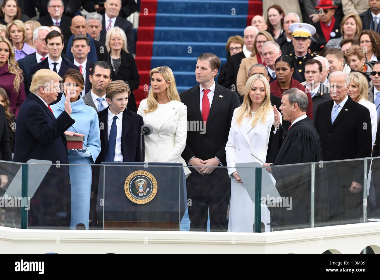 Präsident Donald J. Trump nimmt der Eid des Amtes von Chief Justice John Roberts bei seiner Amtseinführung am 20. Stockfoto