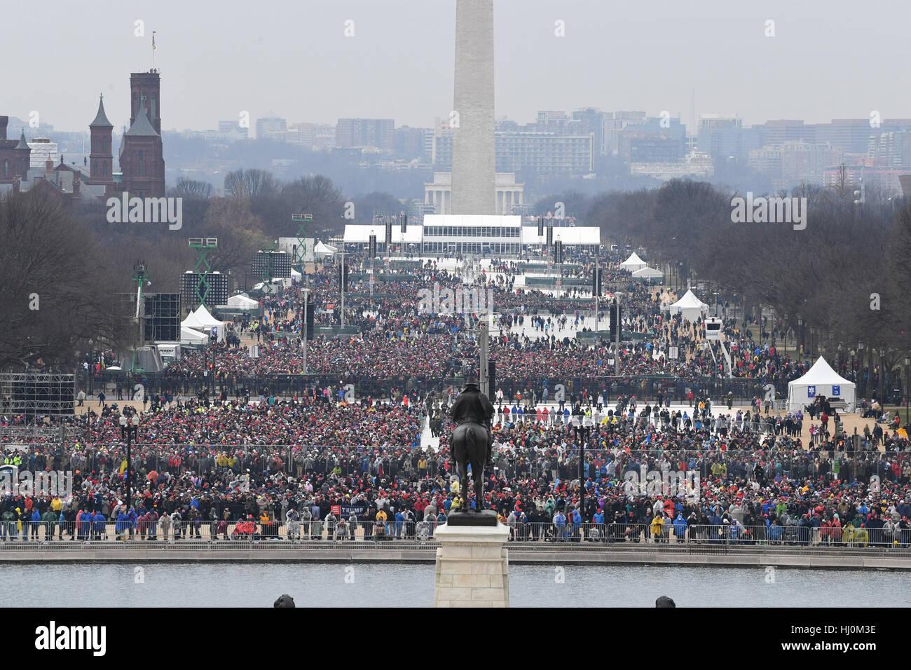 Zuschauer wird auf der National Mall Zeuge der Amtseinführung von Präsident Donald Trump am 20. Januar 2017 in Washington, Stockfoto