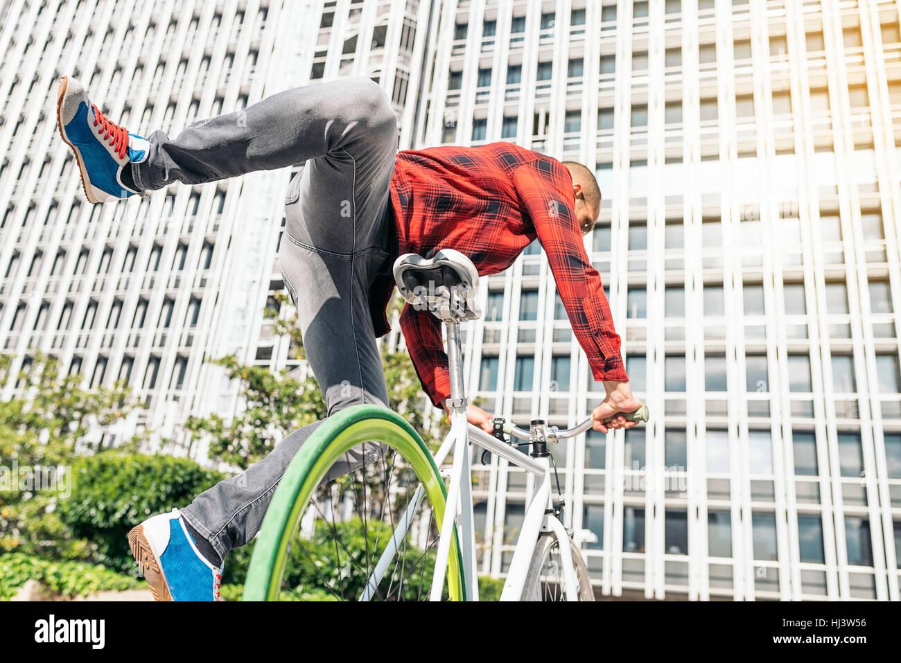Hübscher junger Mann mit Fahrrad in der Stadt. Fahrrad-Konzept Stockfoto