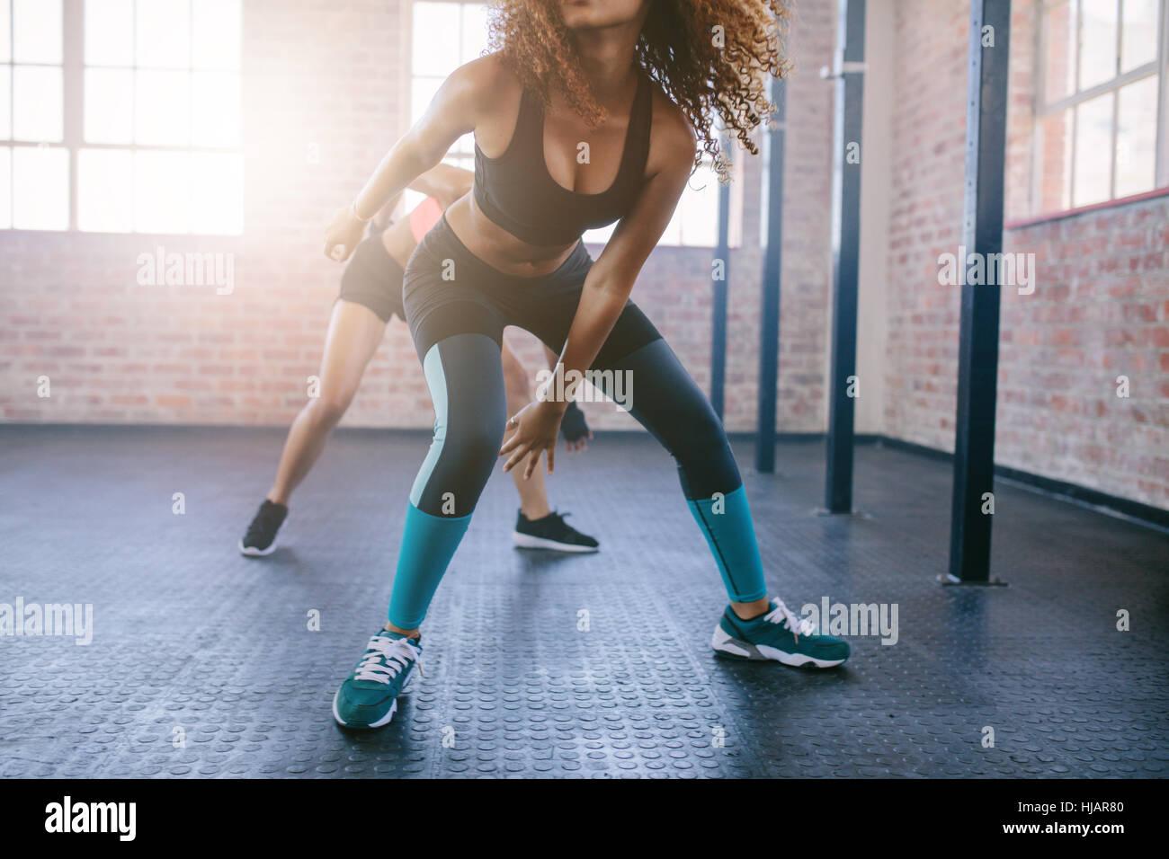 Aufnahme von jungen Frauen dabei laufenden Training in der Turnhalle beschnitten.  Konzentrieren Sie sich auf die Stockbild