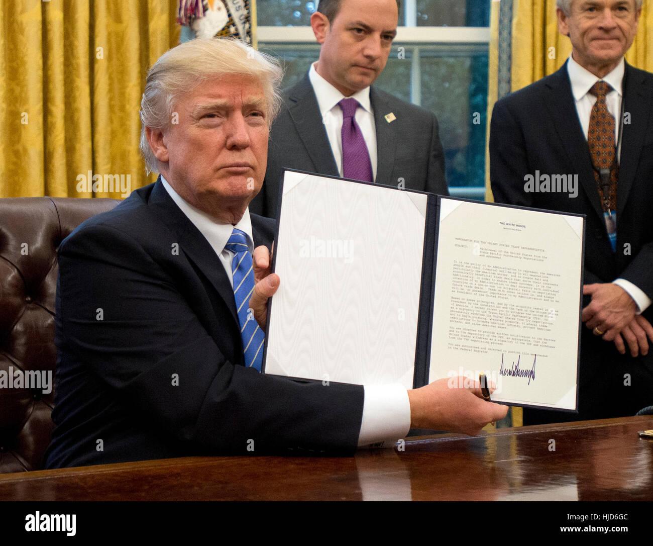 Abtreibungen in Übersee. 23. Januar 2017. US-Präsident Donald Trump zeigt die Executive Order Rückzug den USA aus Stockfoto