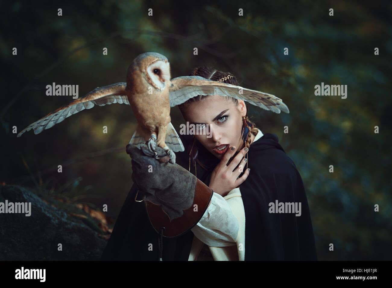 Geheimnisvolle Frau mit offenen geflügelten Schleiereule. Fantasie-Porträt Stockbild