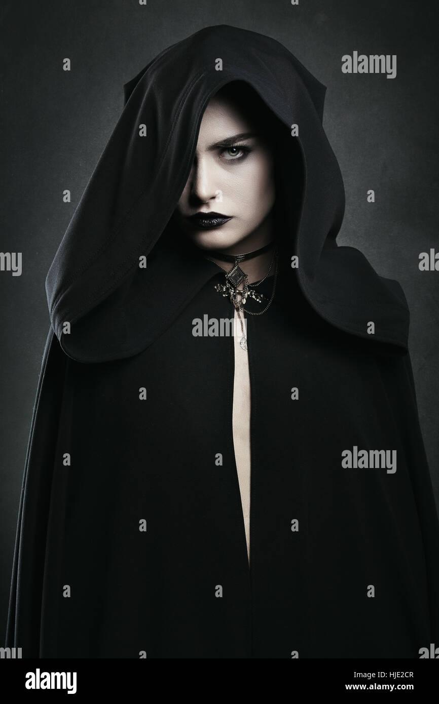 Schönen Vampir Frau mit schwarzen Umhang. Halloween und horror Stockbild