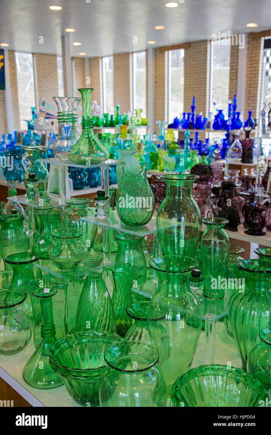 Milton, West Virginia - mundgeblasene Glaswaren zum Verkauf an das Besucherzentrum des Blenko Glass Company. Stockbild