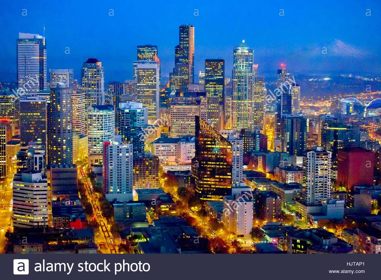 Ansicht von Seattle in der Abenddämmerung von Space Needle Stockbild