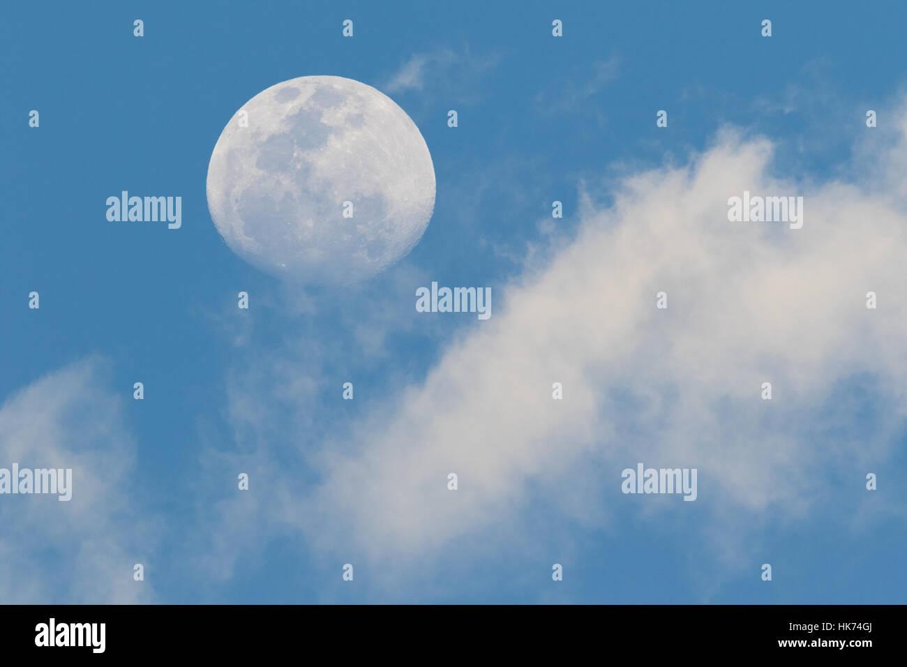 Mond und Wolken bei Tageslicht Stockbild