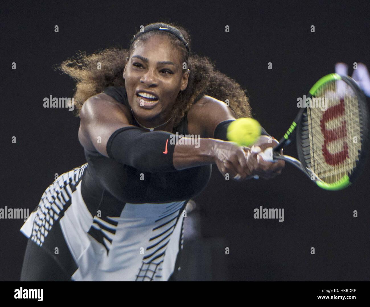 Melbourne, Australien. 28. Januar 2017. Vereinigten Staaten Serena Williams gibt den Ball während der Frauen Stockbild