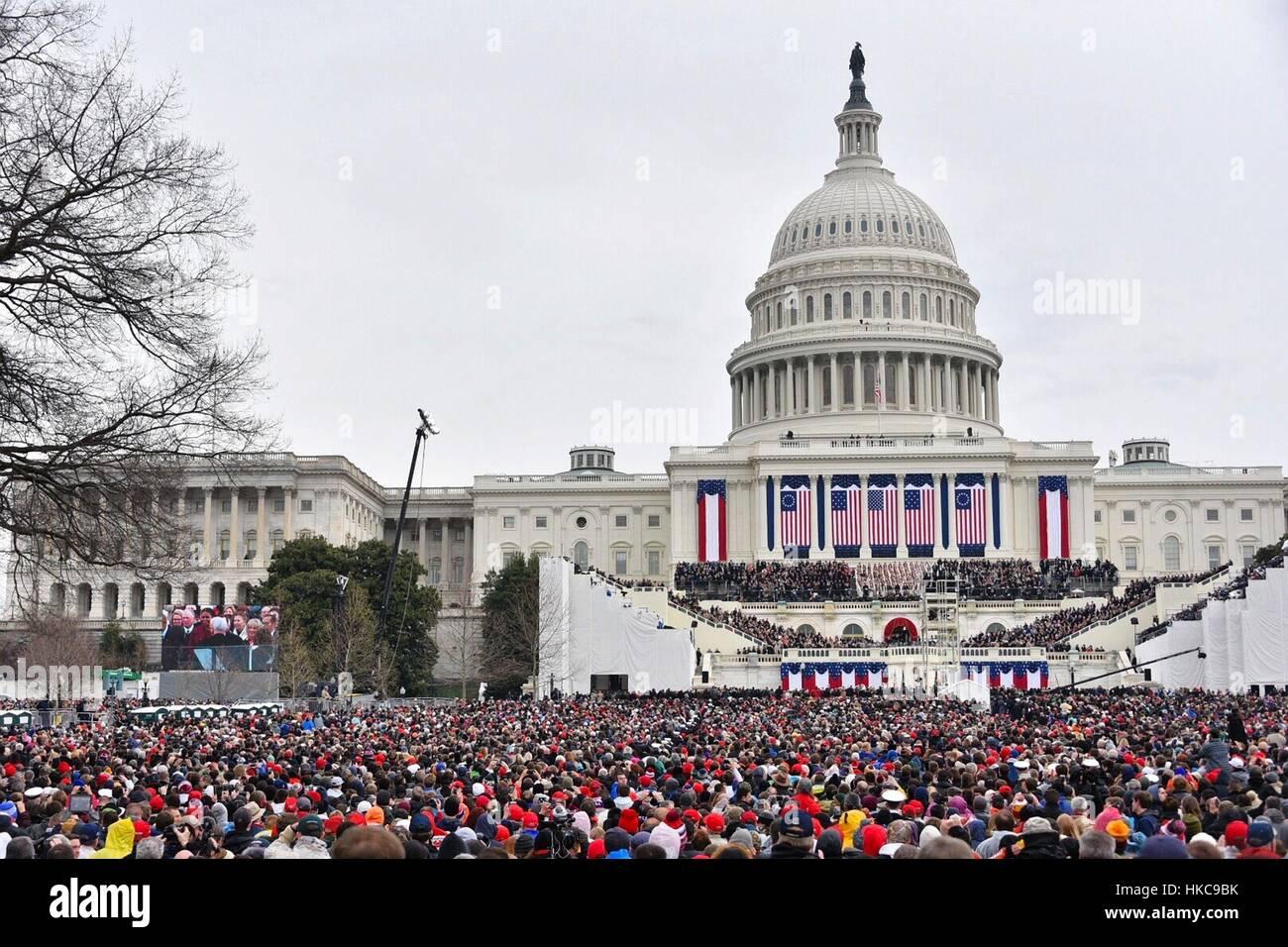 Massen vor dem US Capitol für die 58. Presidential Inauguration von Donald Trump 20. Januar 2017 in Washington, Stockbild