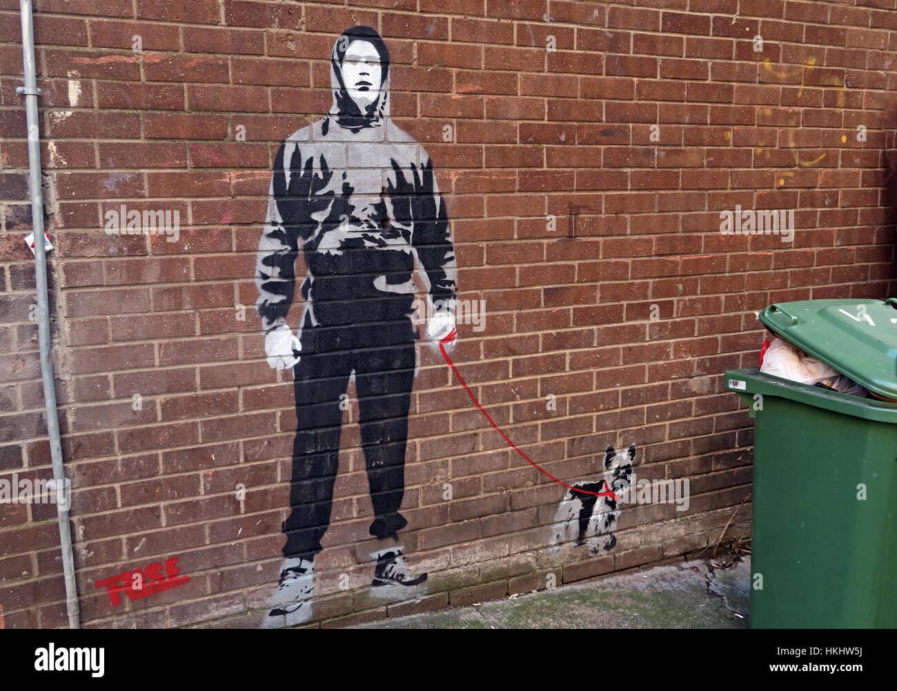 Laden Sie dieses Alamy Stockfoto Junge wandern Hund Schablone, Glasgow Queen St, Schottland - HKHW5J