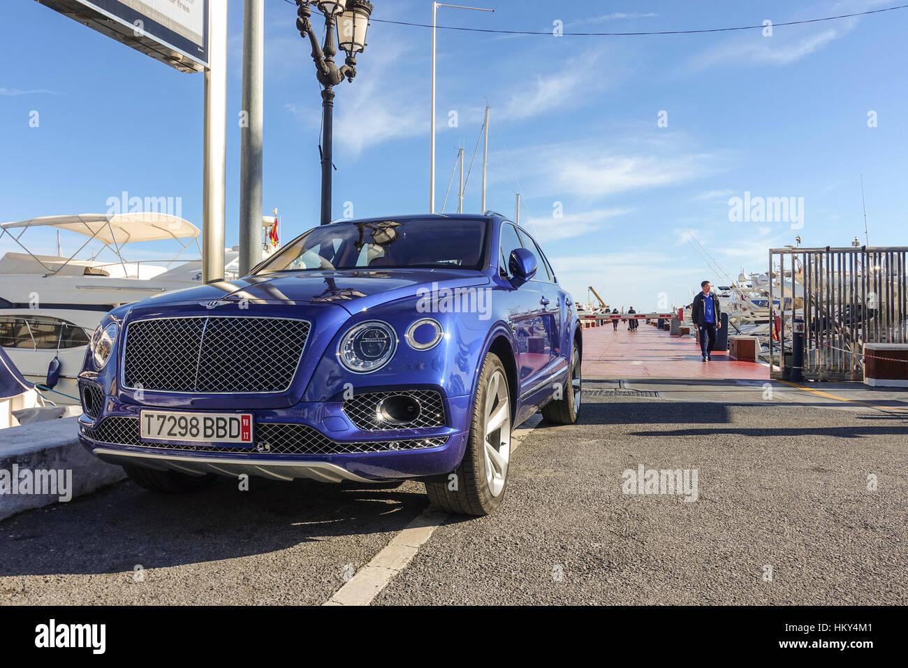 Bentley Bentayga SUV geparkt im Luxus Yachthafen Puerto Banus, Marbella, Spanien Stockbild