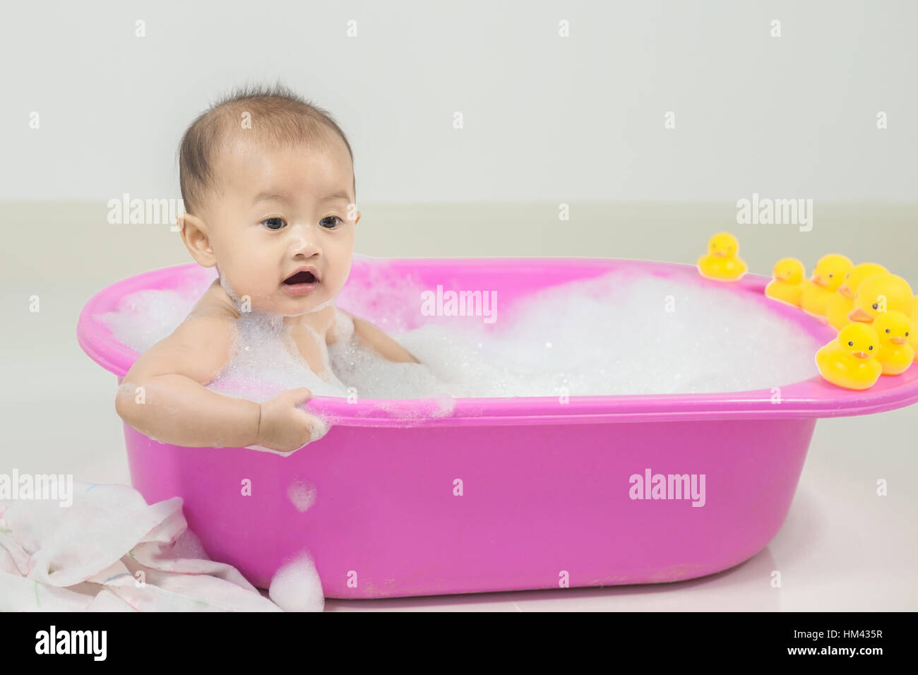 little girl taking bath bubbles stockfotos little girl taking bath bubbles bilder alamy. Black Bedroom Furniture Sets. Home Design Ideas