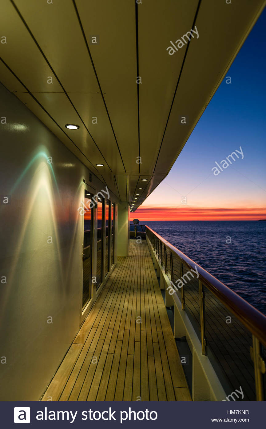 Jakobsmuschel-Strahler auf dem Deck eines Kreuzfahrtschiffes bei Sonnenuntergang. Stockbild