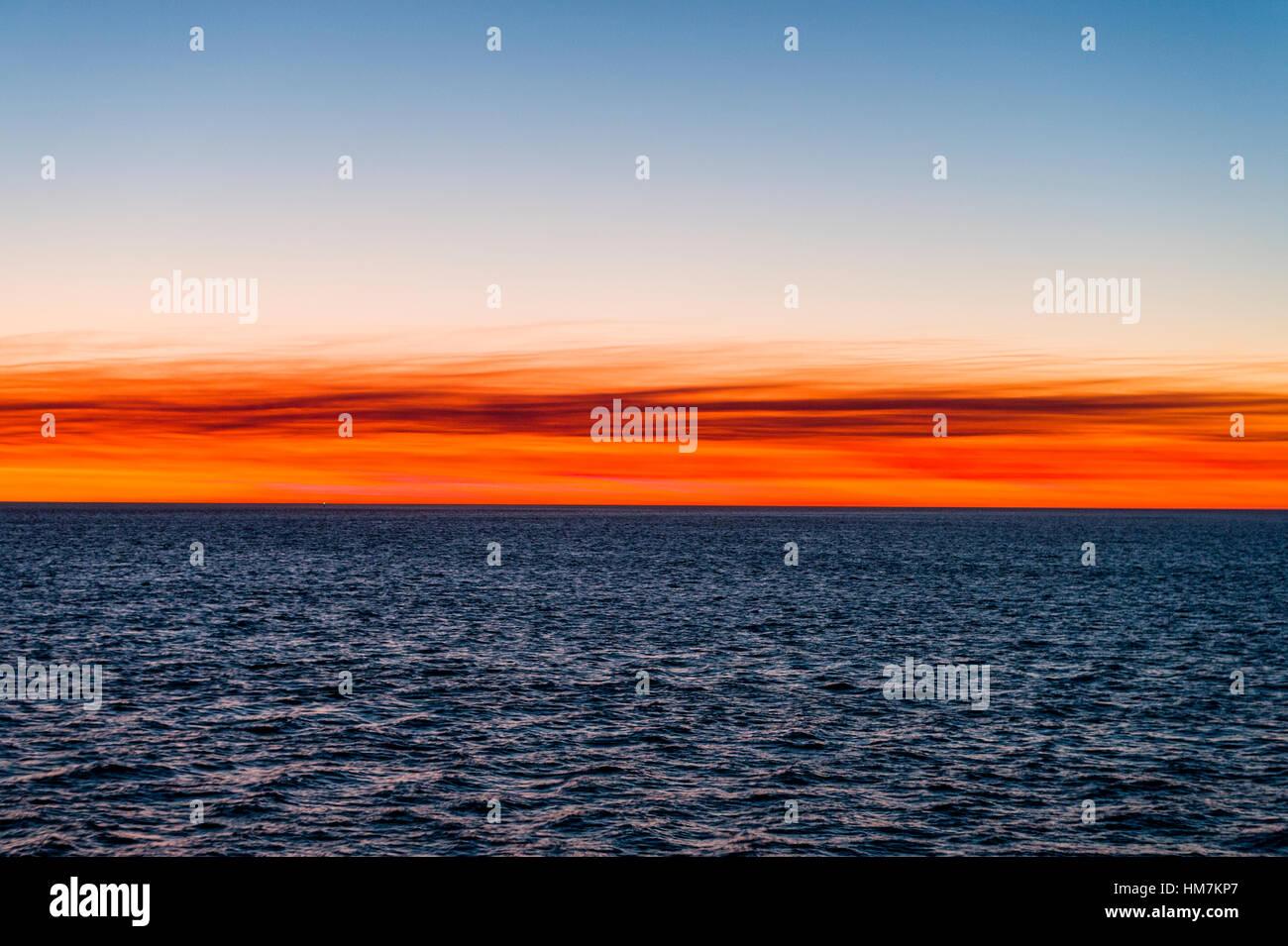 Flammende rote Abendrot über den Ozean Horizont bei Sonnenuntergang. Stockbild