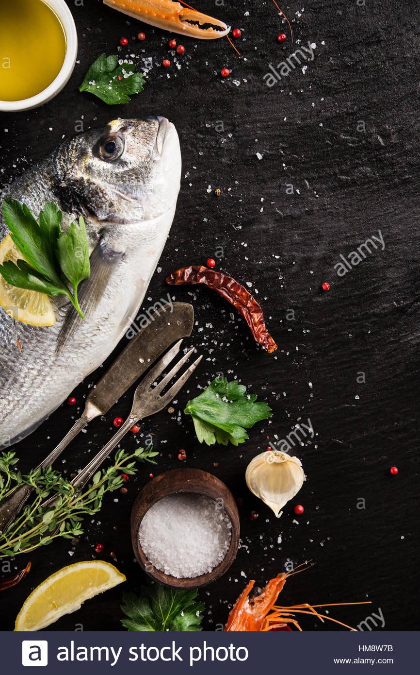 Frische Meeresfrüchte auf schwarzem Stein, close-up. Stockbild