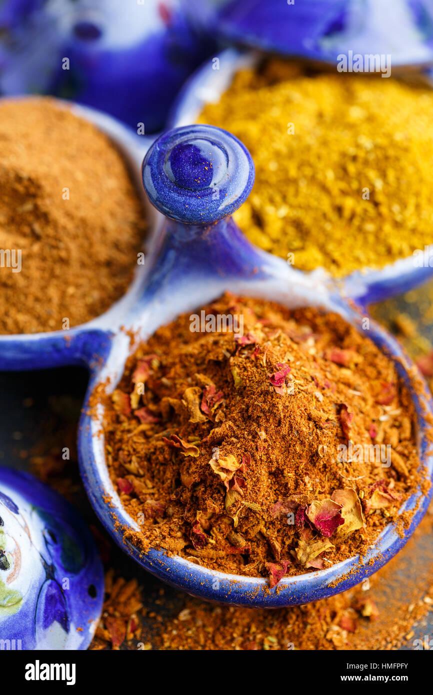 RAS el Hanout und Curry Pulver Stockbild