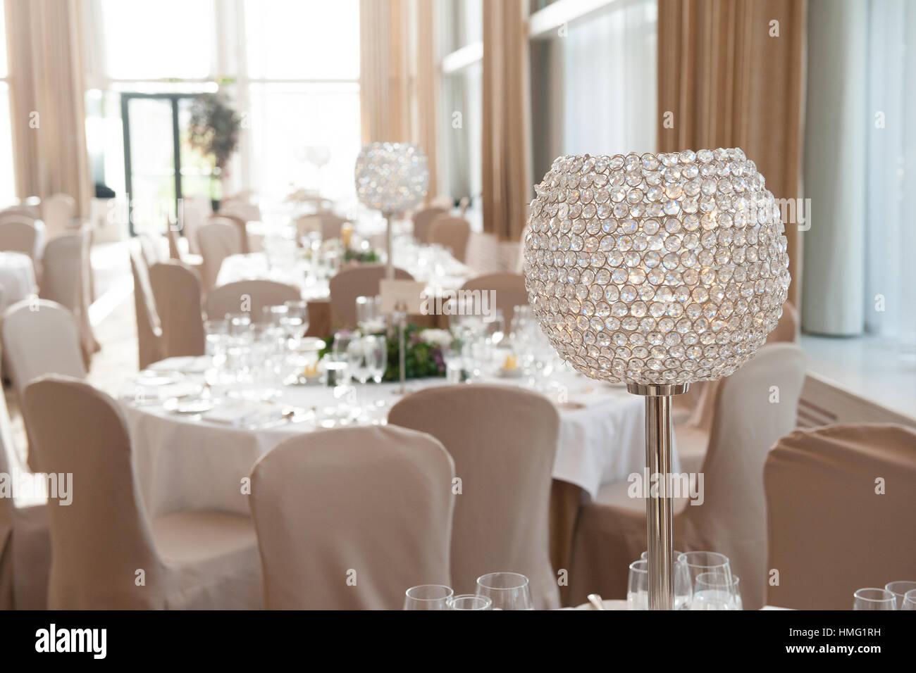Ein Gold, Silber und Kristall Licht und Tabelle Herzstücke im Ballsaal im Castlemartyr Resort Hotel, Castlemartyr, Stockbild