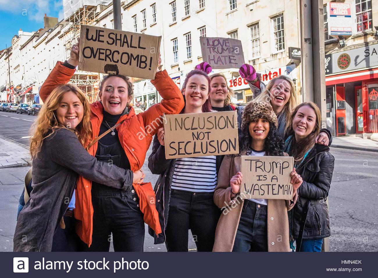 Bristol, UK - 4. Februar 2017: Gruppe von jungen Frauen winken Banner und marschieren durch die Stadt Bristol, Vereinigtes Stockbild