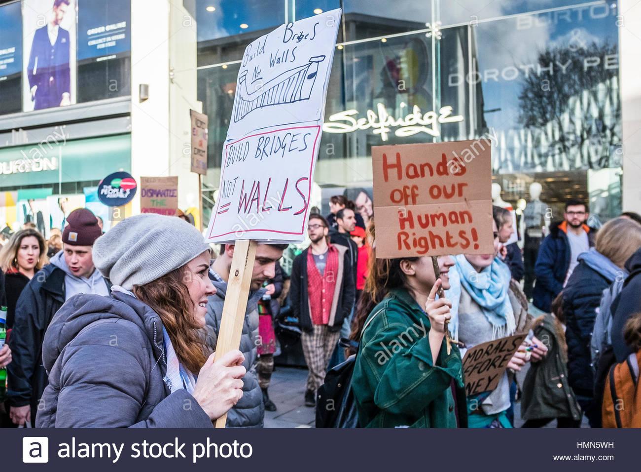 Bristol, UK - 4. Februar 2017: Menschenmassen Welle Bannern zugunsten der Menschenrechte und marschieren durch die Stockbild
