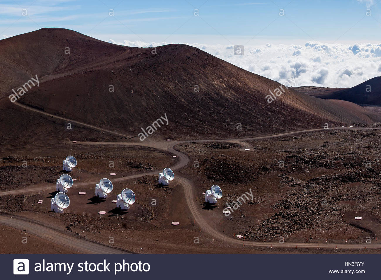 Das Submillimeter Array, SMA, besteht aus mehreren 6-Meter-Gerichte am Mauna-Kea-Observatorium. Stockbild