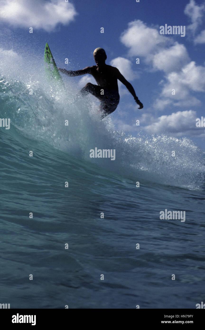 Surfer Rebounds des oberen Teils der brechenden Welle in einer Wolke von spray Stockbild
