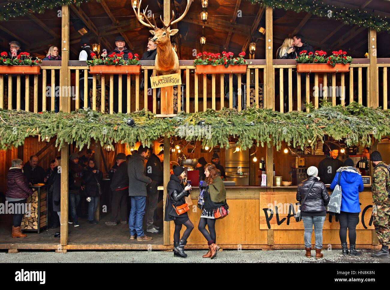 Café in der Weihnachtsmarkt in der Altstadt (Altstadt) der Stadt Bern, Schweiz. Stockbild