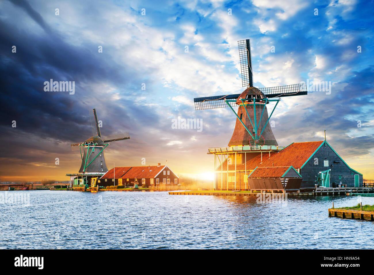 Cumulus-Wolken am Sonnenuntergang über holländische Windmühlen in Rotterdam. Neth Stockbild