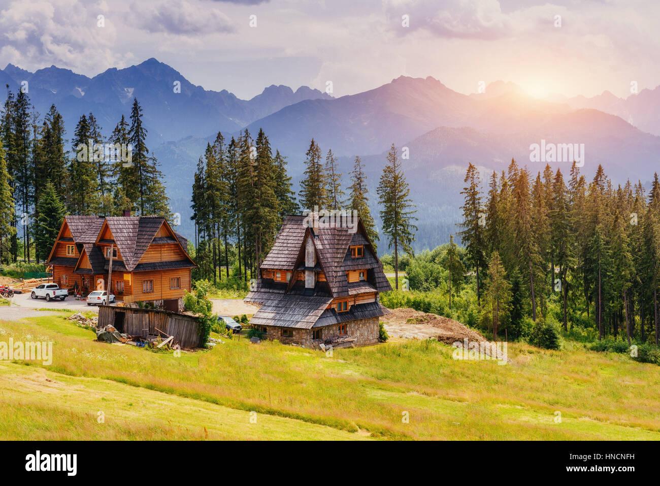 Traditionellen Holzhaus in den Bergen auf der grünen Wiese Mount Stockbild